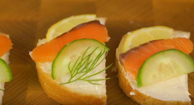 на бутерброд кладем нарезанный огурчик