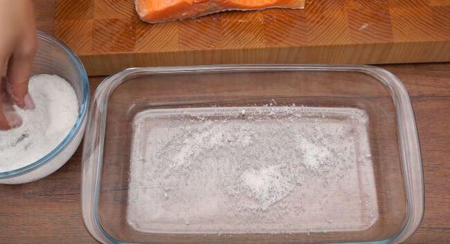 на дно посуды насыпаем немного засолочной смеси