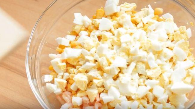 нарезанные яйца перекладываем в миску с креветкам