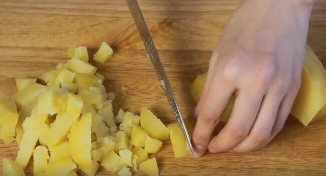 отваренный картофель нарезаем на кубики