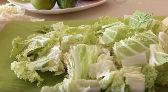 пекинскую капусту режем крупными листками