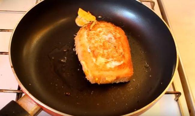 переворачиваем бутерброд обжариваем с другой стороны