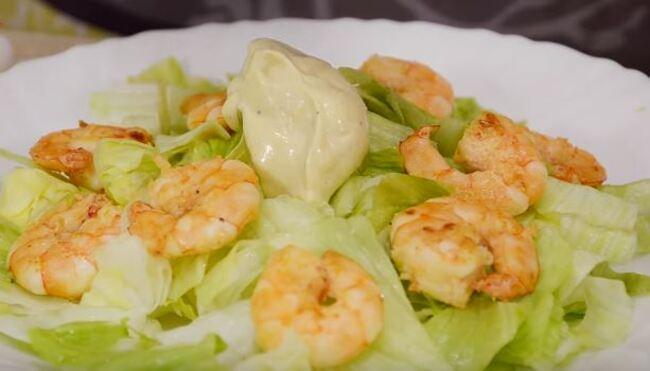 первым выкладываем салат