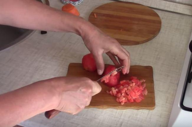 помидоры режем мелкими кубиками