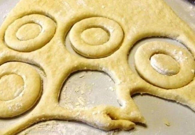 раскатываем тесто и формируем пончики