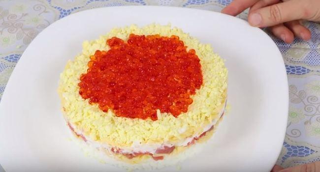рецепт салата Царский с семгой и красной икрой