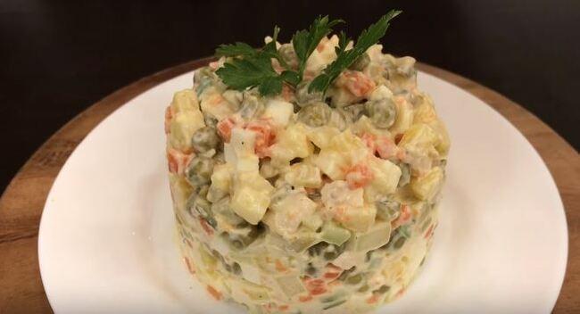 рецепт салата оливье с колбасой и соленым огурцом