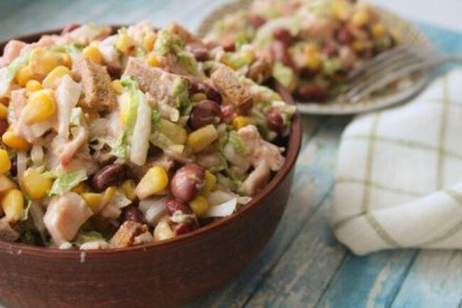 рецепт салатика с копченой курицей, фасолью и сухариками