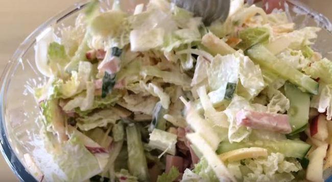 салат аккуратно перемешиваем