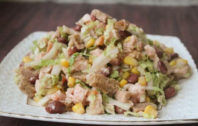 салат с копченой курицей фасолью и сухариками