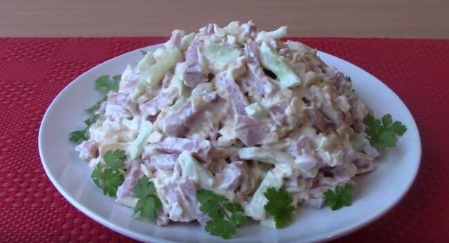 салат с ветчиной огурцом и сыром