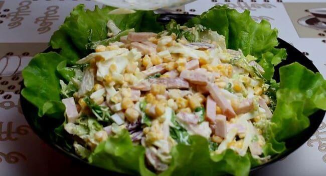 салатик выложите на капустные листы и украсьте зеленью