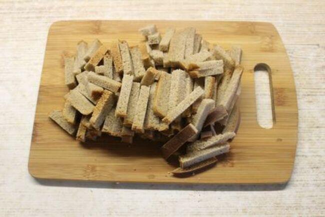 серый хлеб нарезаем полосочками