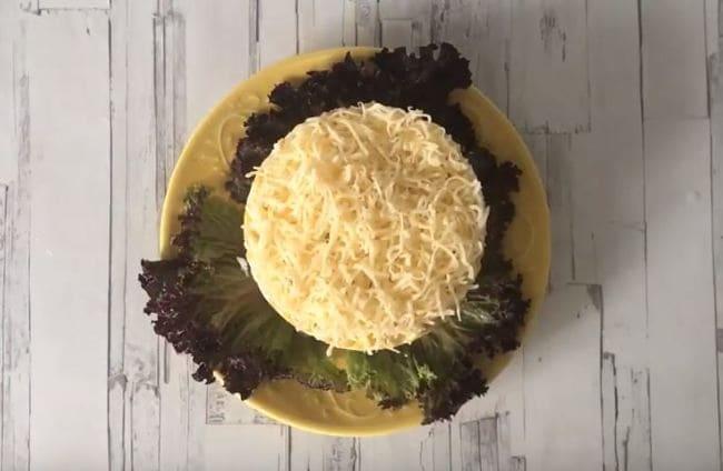 шестой слой выкладываем тертый сыр