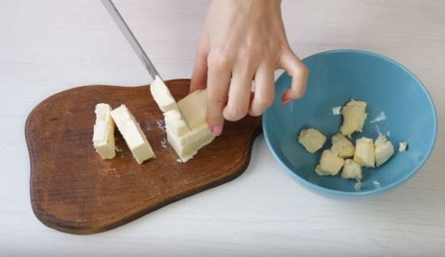 сливочное масло нарезаем небольшими кусочками