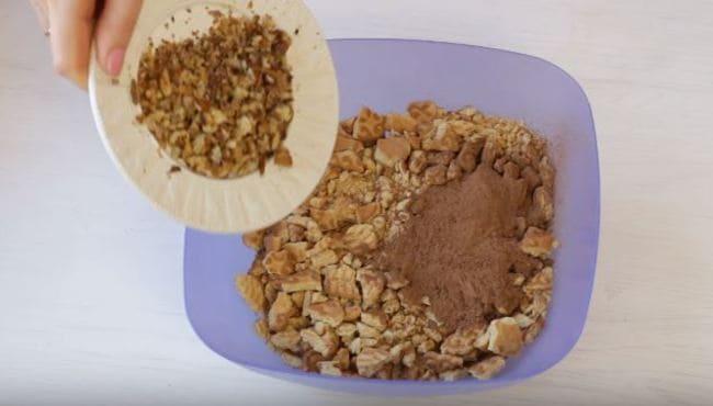 смешиваем печенье, какао и орехи