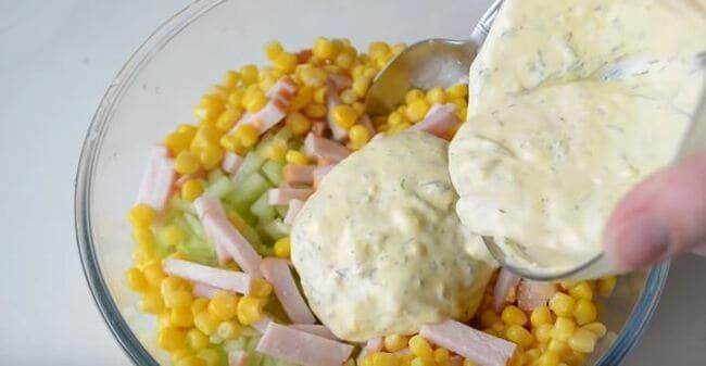 смешиваем все ингредиенты, и заправляем салат