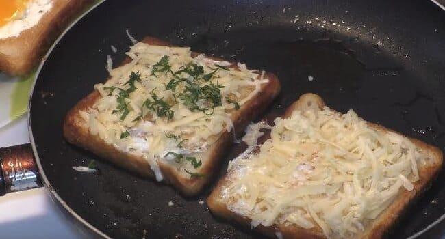 сверху на ломтики выкладываем натертый сыр
