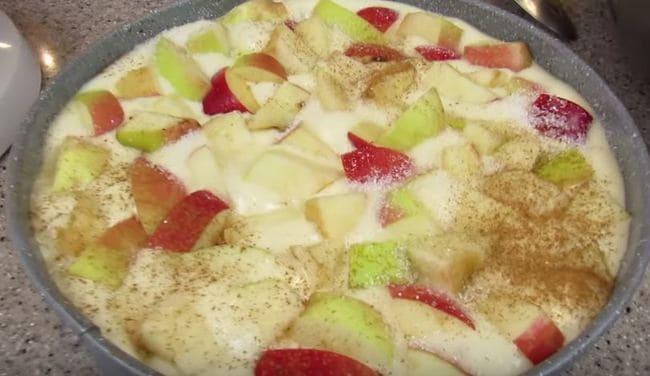 сверху на тесто выкладываем нарезанные яблочки