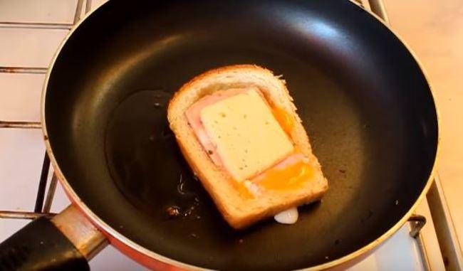 сверху на ветчину кладем сыр