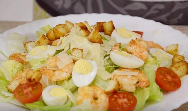 сверху салат посыпаем сыром и жаренными сухариками