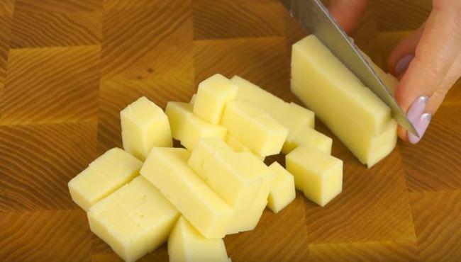 сыр твёрдый нарезаем небольшими кусочками