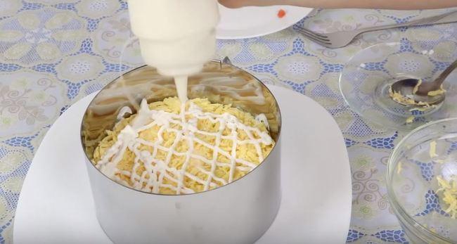 сырный слой промазываем майонезом