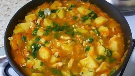 тушёная картошка с курицей на сковороде-1