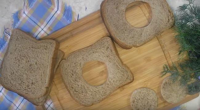 у двух ломтиков хлеба вырезаем серединки