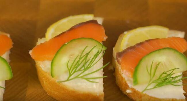 украшаем бутербродики веточкой укропа