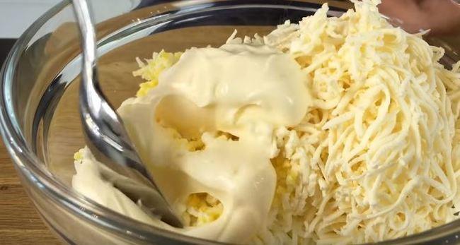 в миске смешиваем плавленый сырок, яйца, майонез