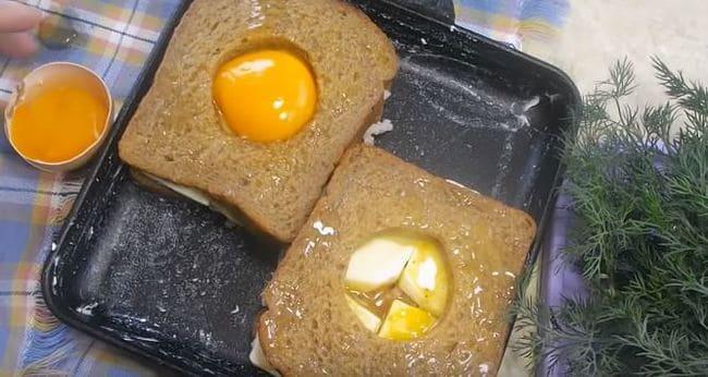 в отверстия выливаем желтки двух яиц