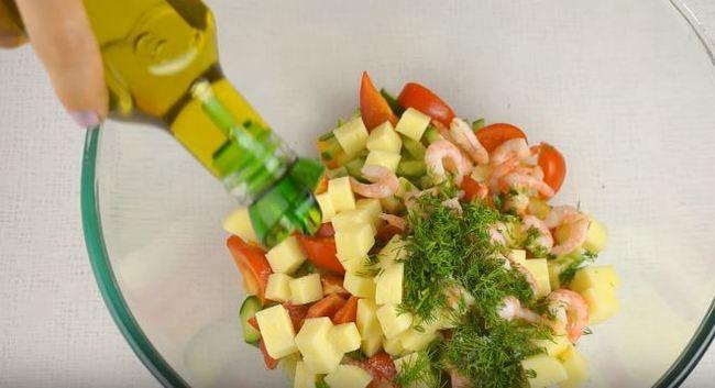 в салатик добавляем оливковое масло