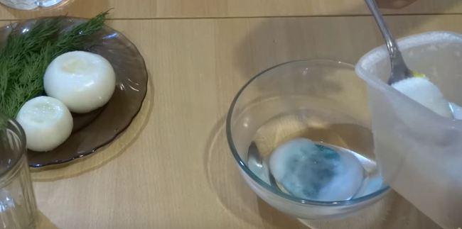 в воду добавляем сахар и соль