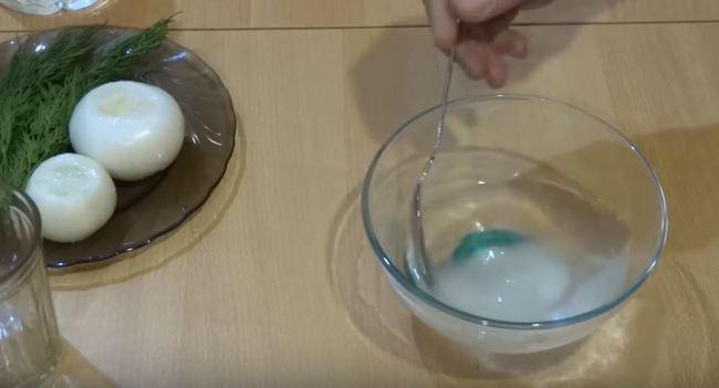 воду с сахаром и солью перемешиваем