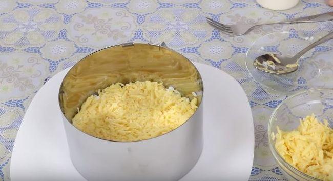 второй слой – половина натертого сыра