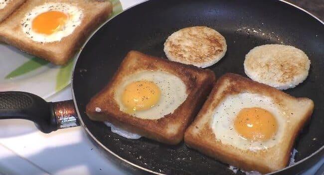 второй вариант вливаем яйца в хлеб