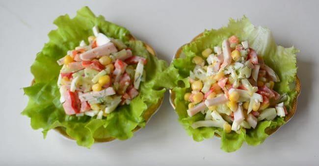 выкладываем салатик на листьях салата