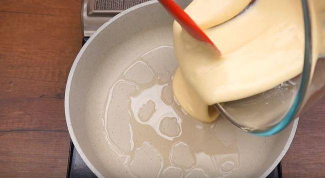выливаем приготовленное тесто на сковороду