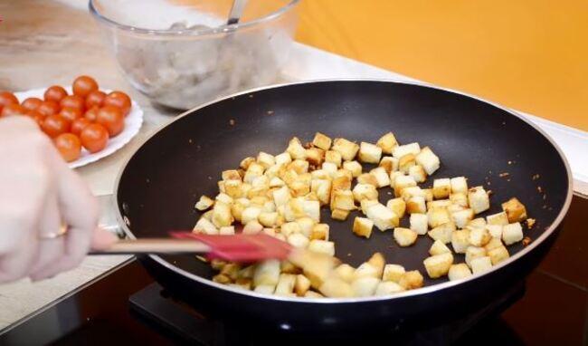 высыпаем на сковороду нарезанные сухарики