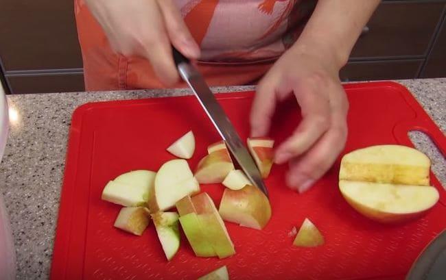 яблоки нарезаем на кубики