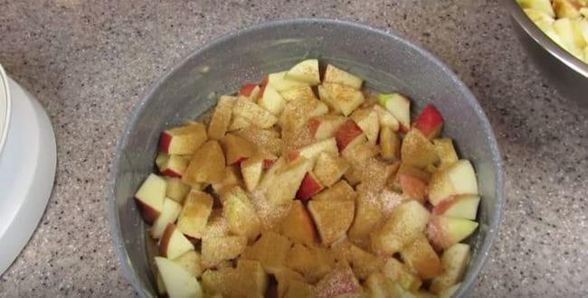 яблоки посыпаем сахаром и корицей