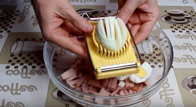 яйца нарезаем кубиком или измельчаем на яйцерезке