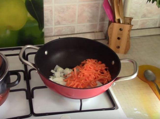 затем нарезаем морковку соломкой