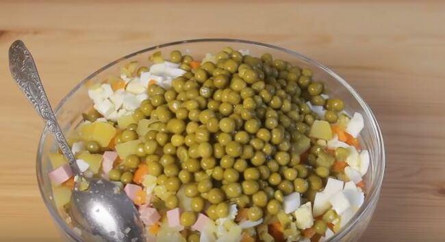 зеленый горошек добавляем в салат