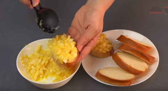 берем нарезанные ломтики белого хлеба и намазываем