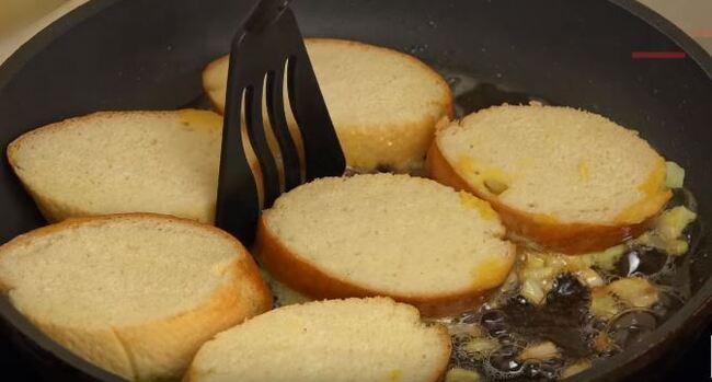 бутерброды нужно аккуратно положить начинкой в сковороду
