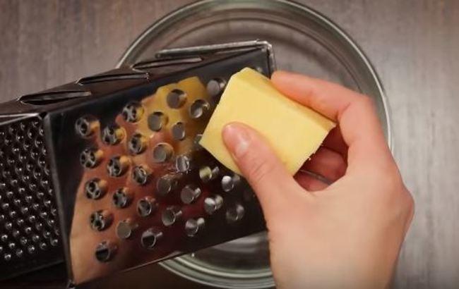 далее натрите твердый сыр на крупной терке