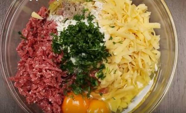 добавляем яйца, муку, соль, перец и мелко резаную петрушку