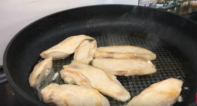 филе курицы обжариваем с двух сторон